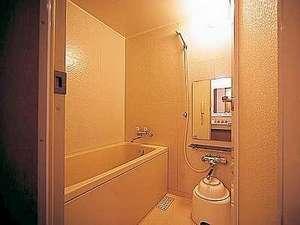 シングルルーム以外の客室のお風呂。お手洗いとは別になており、好評を頂いています。