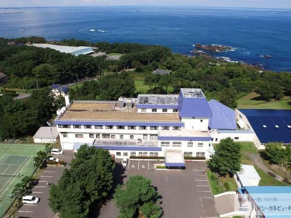 *外観/風光明媚な海岸線を見下ろす丘の上、海と緑に囲まれたリゾートホテルです。