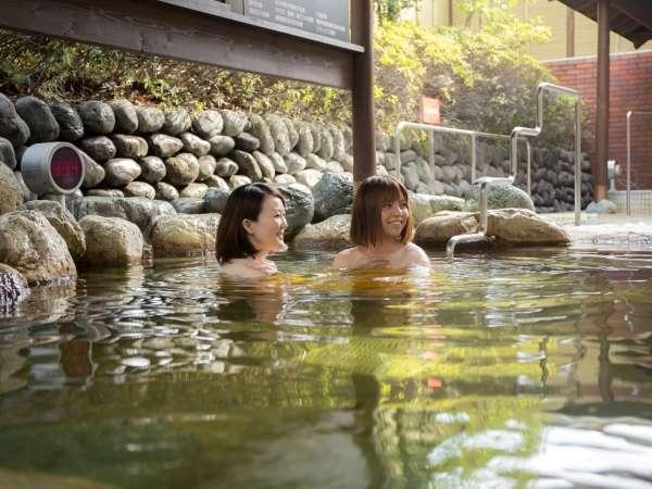 炭酸泉は、入浴直後から炭酸の気泡が身体に付着し、全身真っ白なベールに包まれます。