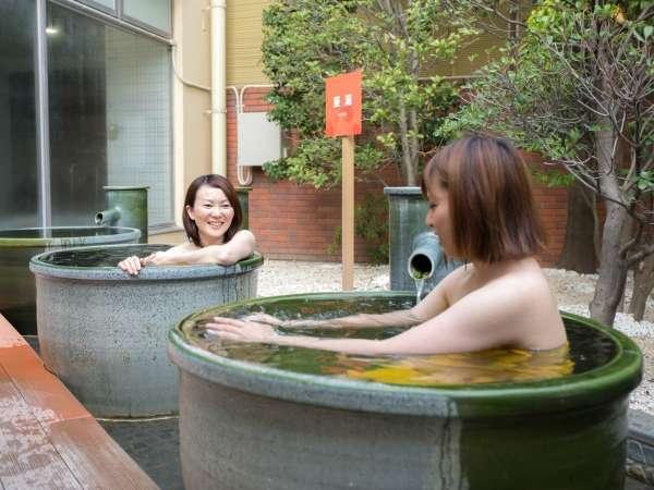 信楽焼の壷湯が登場。あふれるお湯をひとり占めできます。
