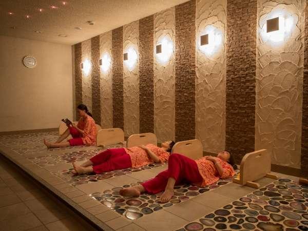 美しい瑪瑙の石を敷き詰めた温室。天井に5色に輝くスワロフスキーの星を見ながらリラックス