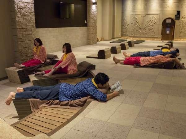 古代オリエントをイメージした新たな岩盤浴ゾーンは、館内着を着たまま、男女ともに楽しめます