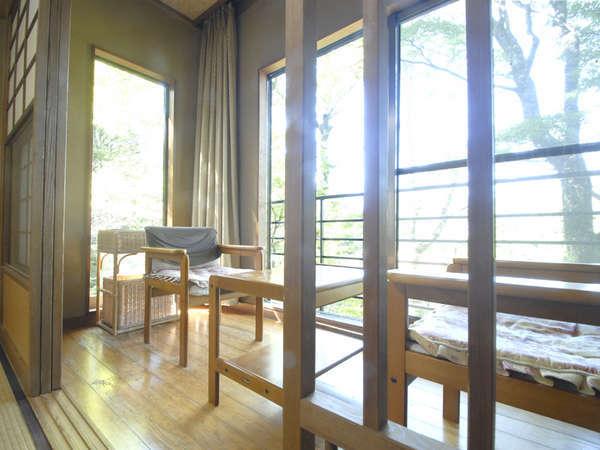 *客室一例。窓の外には自慢の庭園が広がります。
