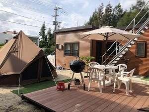 グランピングテント、BBQセット、屋外ステージ
