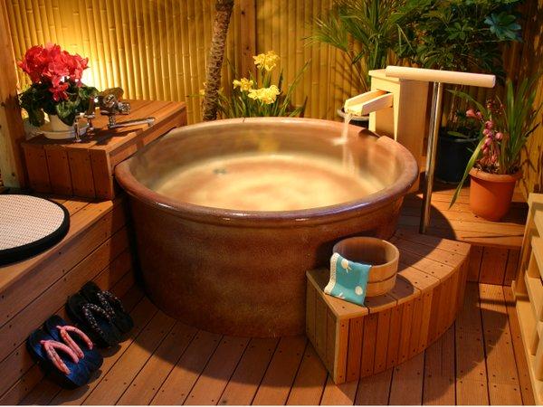 露天風呂付にある露天風呂(陶器タイプ)他に、岩風呂タイプがございます。