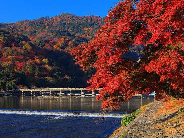 嵐山の紅葉はとても幻想的♪ 当ホテルから電車でもバスでもOK! 利便性抜群!