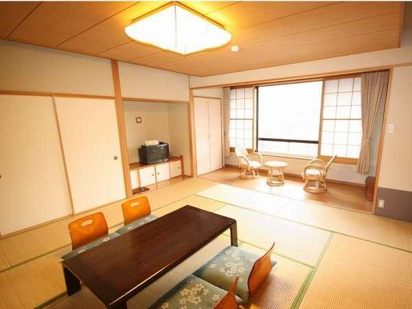 落ち着いた佇まいの和室(10畳又は8畳・1階)です。多摩川の清流を望む事ができません。