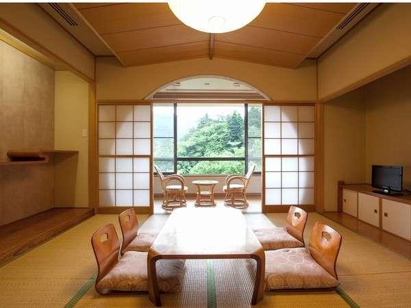落ち着いた佇まいの和室。お部屋からは緑が映り込み、眼下には多摩川の清流が望めます。