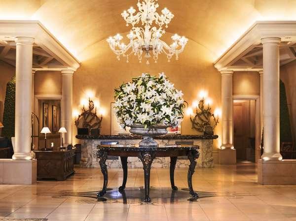 敷き詰められた最高級の大理石と生花やアロマの香りがお出迎え