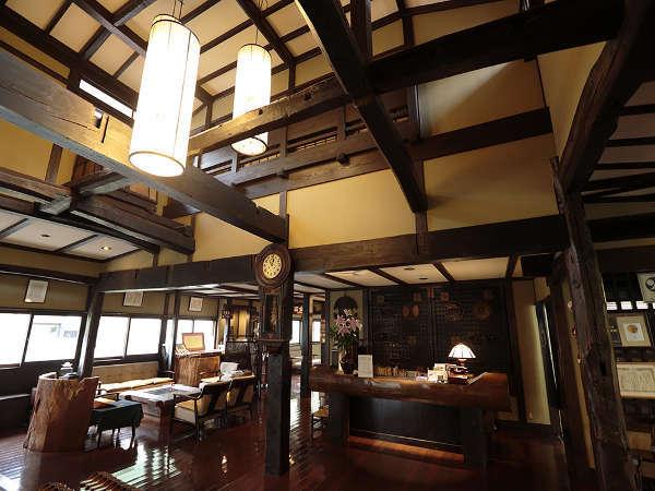 【ロビー】白壁は建物に歴史があります。太い梁と高い天井が印象的。
