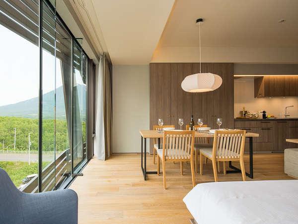 【1.5ベッドルーム】床から天井へと続く窓は開放感いっぱいです。