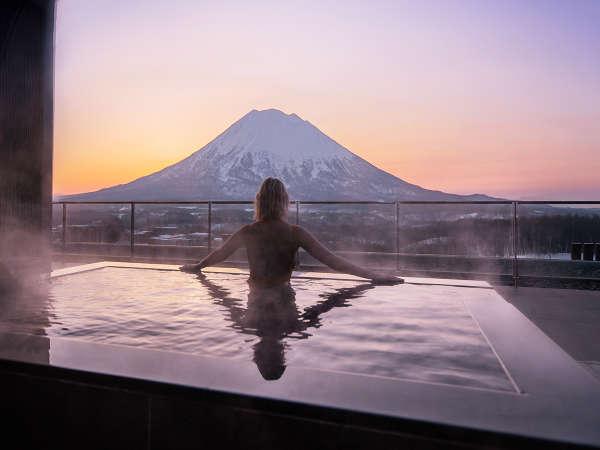 【ペントハウスA】露天風呂からは真正面に羊蹄山を望めます。