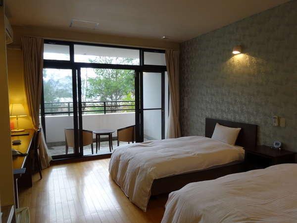 大きな窓からは宇検村の緑あふれる大自然を望むことが出来ます。