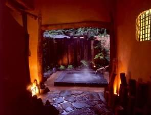 自然木や土壁で凝った造りで独特の雰囲気が楽しめるお部屋専用の露天風呂