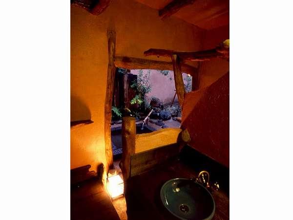 露天風呂付き客室から見る、専用露天風呂へのアプローチ