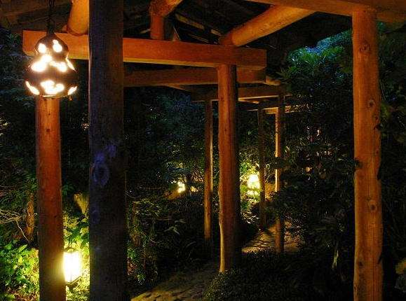 露天風呂へと続く庭園の回廊。