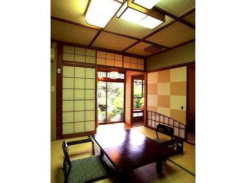 落ち着いた数奇屋作りの和室。基本は本間8畳の4名定員。