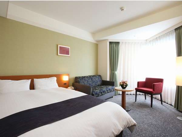 ダブルルーム☆シモンズ社製ベッドでごゆっくりお寛ぎください。全室改装済♪