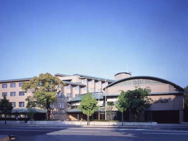 京都市景観賞も受賞した、緑に溶け込んだ外観デザイン。京都御所前に佇みます。