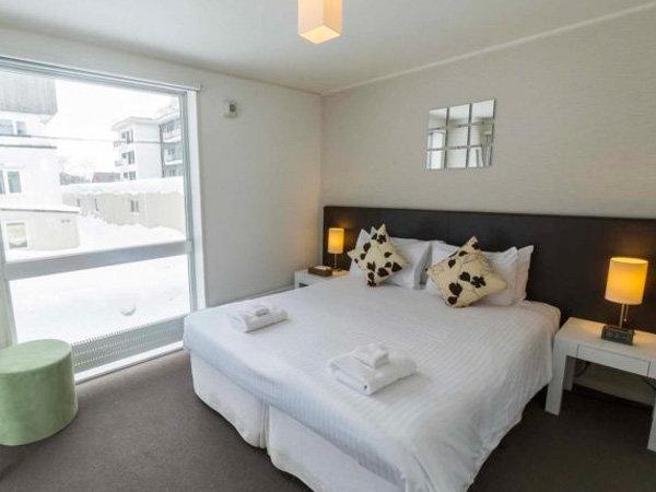 大きな窓が特徴的なベッドルーム