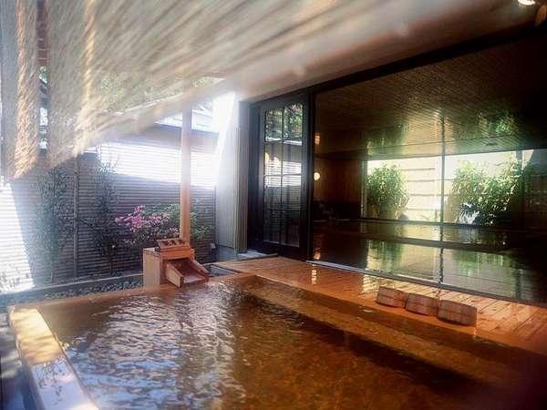 木の香りと温泉の空気が充満する大浴場の露天風呂 静かな音楽に心癒されます