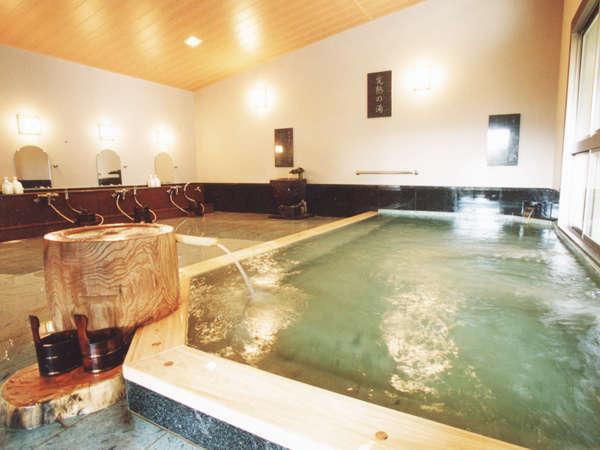 【桃の湯・内湯】お肌に優しく柔かなアルカリ性の源泉はすべてのカラン・シャワーにも使用しています。