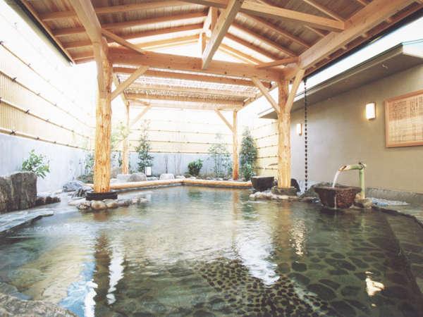 【柿の湯・露天】自噴源泉を直接配管し真の源泉かけ流しを実現!湯船の周りには源泉の川が流れています。