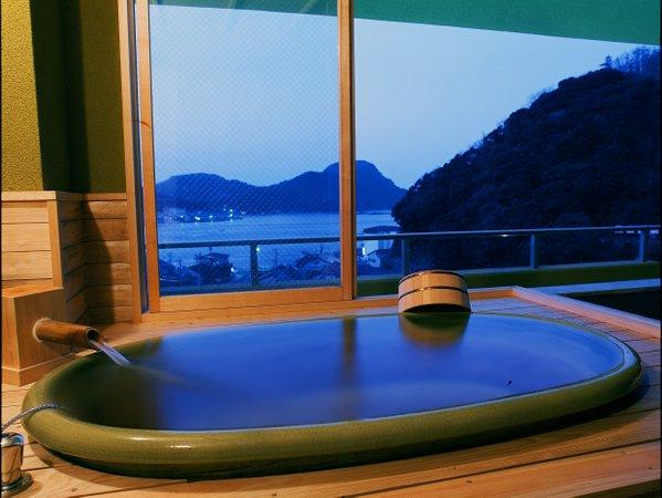 特別室(海側)の半露天風呂は日本海を一望 弱アルカリ天然温泉が出ます。