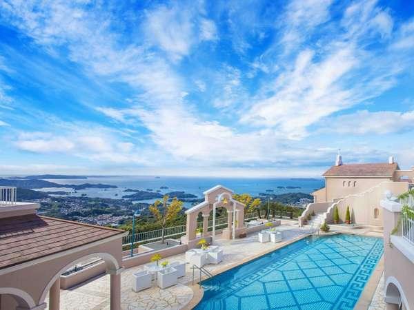 青い空と海が広がる眺望の弓張の丘プール