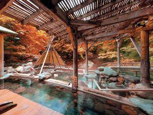 紅葉の広瀬川源流露天風呂は絶景。