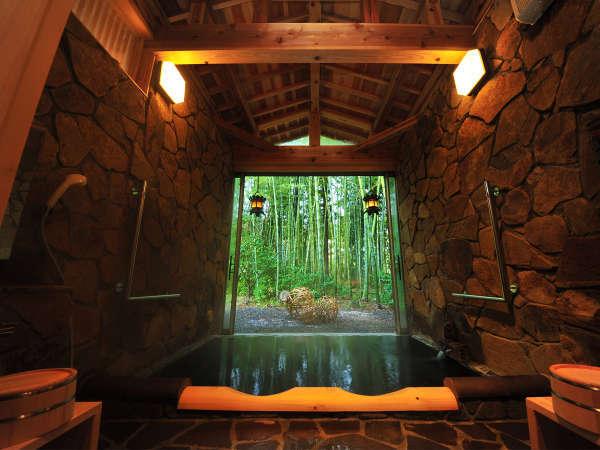 貸切家族風呂。自然の趣あふれる竹林に臨む湯船