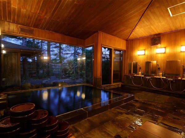 大浴場。夜間はライトアップし幻想的な雰囲気に
