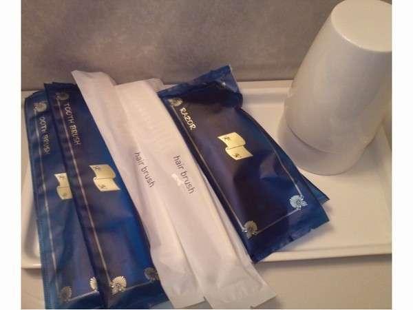 【浴室】アメニティーセットです(歯ブラシ・ヘアブラシ・カミソリ)