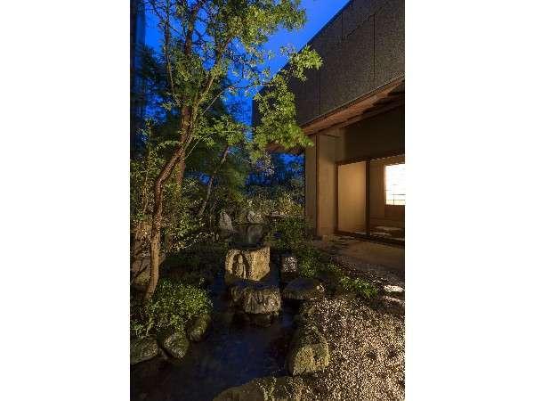 離れのお部屋に続く日本庭園の夜景。