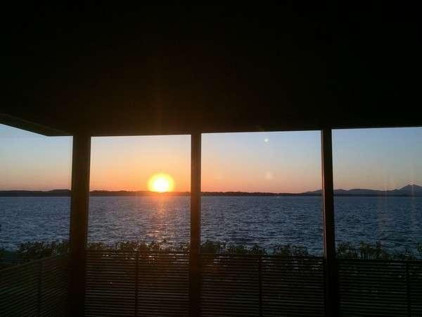 眺めていると時間を忘れてしまいそうな雄大な霞ケ浦に沈む夕陽。