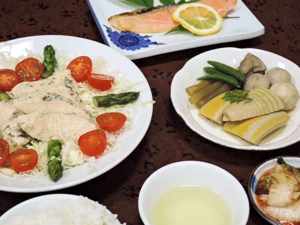 *【夕食一例】お肉やお魚、汁物、野菜、ご飯など栄養バランスを重視!