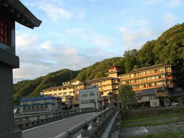 河原風呂のある橋の目の前に位置する料理旅館♪昔ながらのおもてなしが自慢の宿。