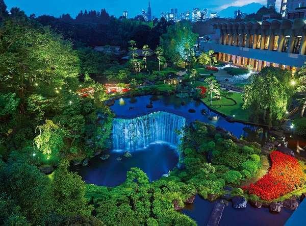 加藤清正公の下屋敷や井伊家の庭園として400年余りの歴史を有し、約4万㎡の広大な日本庭園