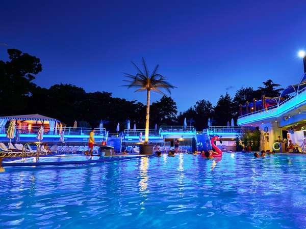 約20年に渡り大人の遊び場として若い女性を中心に人気を博してきたホテルニューオータニのナイトプール