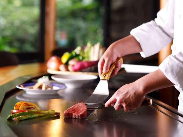 カウンターでお楽しみいただく日本庭園内の本格派鉄板焼レストラン 日本庭園内
