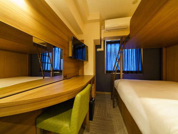 ダブルサイズのワイドベッドとお子様に人気のロフトベッド付の【スーパールーム】です。