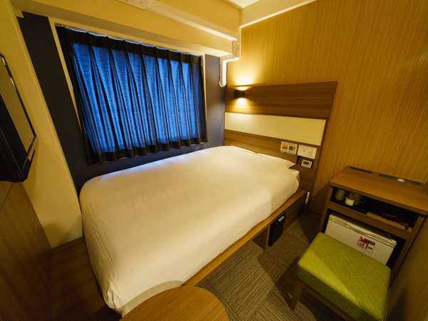 客室:スタンダードルーム横② 眠りを追求した140cm幅のワイドベッドと適度な硬さのマットでぐっすり