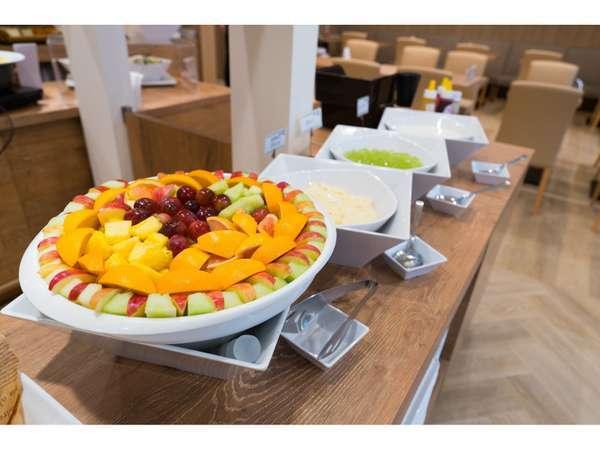 朝食:沢山のフルーツと日替わりで数種類のデザートもご用意しています