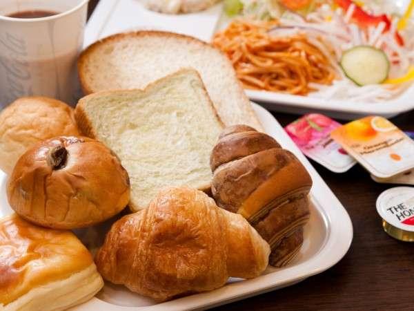 無料健康朝食! パン・ご飯・サラダ・ドリンク フリーでお腹いっぱいお召し上がりください。