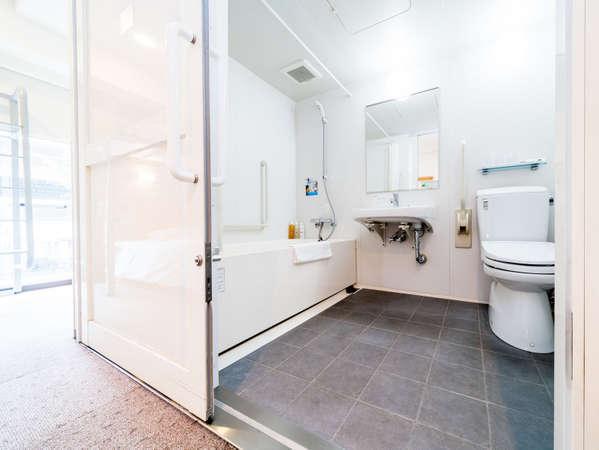 バリアフリーの客室バス・トイレです(ユニットバスタイプです)