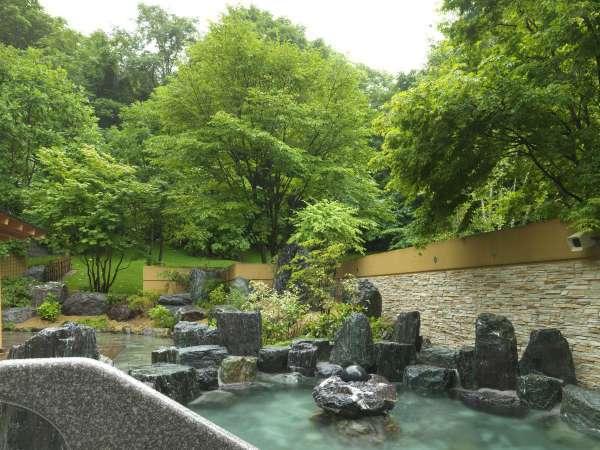 【森スパ】四季折々の森を感じながらのんびりと湯をお愉しみください。