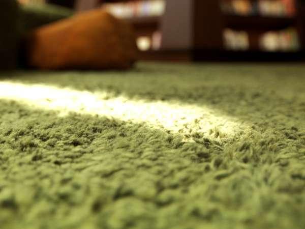 【森ラウンジ】ふかふかの緑色のカーペットでは、家にいるかのように靴を脱いでお寛ぎください