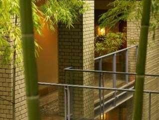 【客室入口】竹の回廊を抜けロビー棟から宿泊棟へ※客室は屋外に面しています