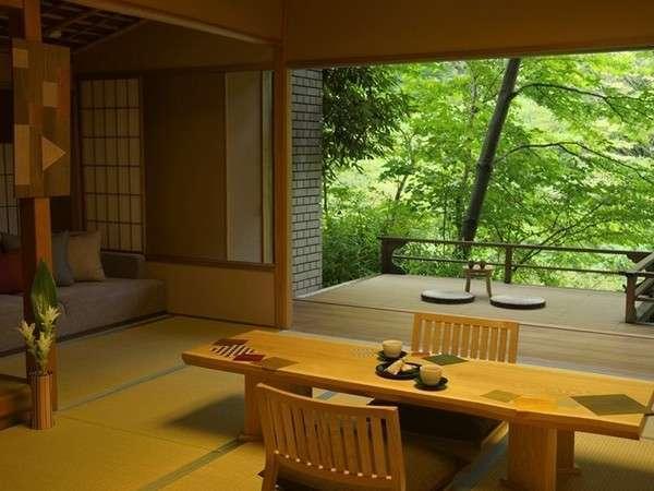 ご当地感あふれる「箱根寄木の間 せせらぎ縁台付き和室」。寄木細工の良さを体感できる