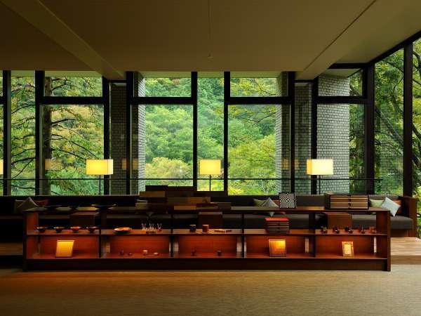 【ロビーラウンジ】正面に広がる箱根の山々の緑が皆さまをお出迎えいたします